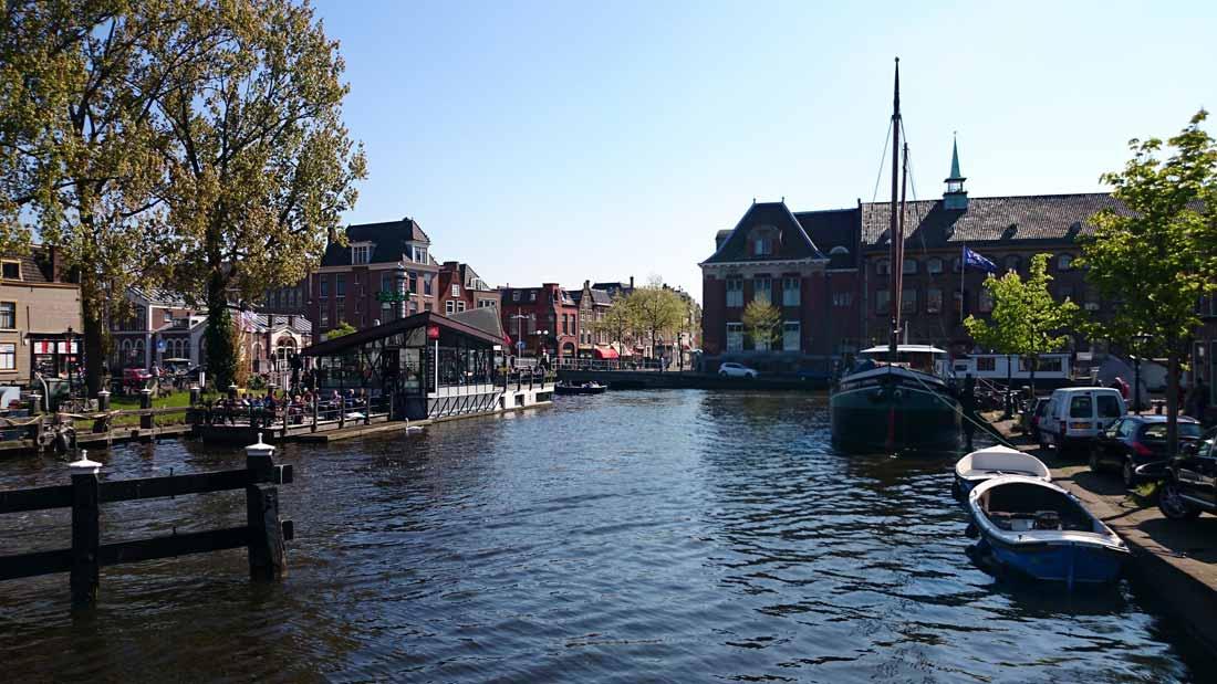 قنوات مدينة ليدن القديمة في هولندا.