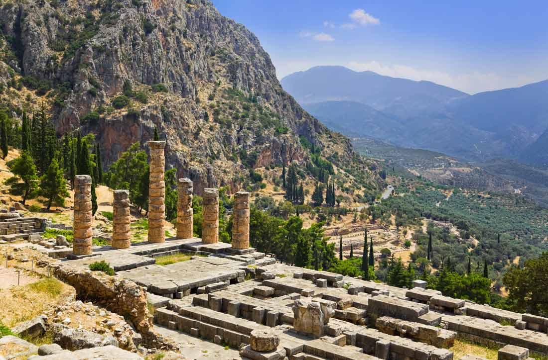 بقايا معبد أبولو في مدينة دلفي اليونانية.
