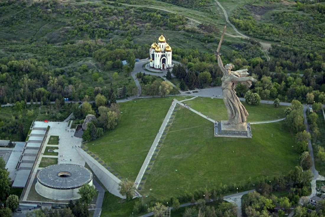 تمثال الوطن الأم ينادي